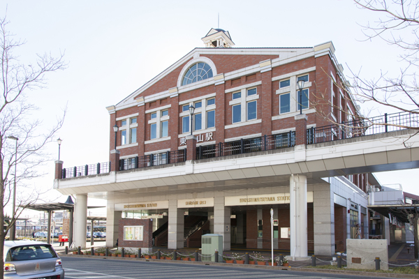 レトロな建物の東武東上線東松山駅。