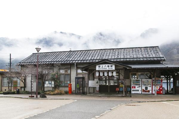 長良川鉄道の郡上八幡駅。木製の駅舎はタイムスリップしたような気分に。