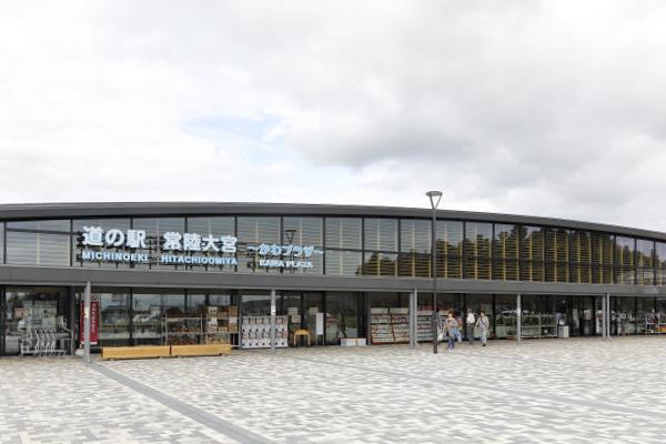 アーチ型の大きな建物の中に様々な施設が入っています。