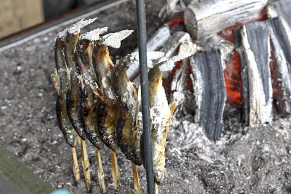鮎は炭火でじっくり一本一本丁寧に焼かれます。
