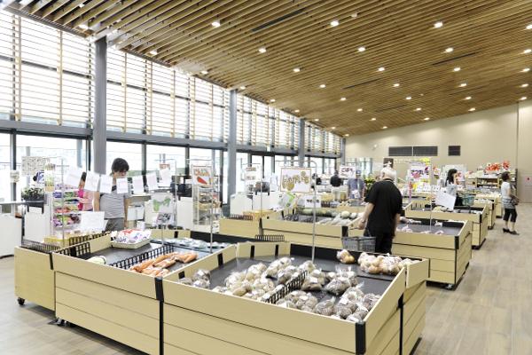 入り口は左右に2カ所あり、店内は天井も高く広々しています。