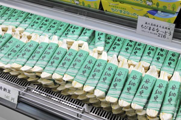常陸大宮市内にある丸真食品株式会社が作る「舟納豆」は地元の人にも人気の商品です。
