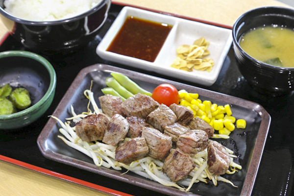 瑞穂牛サイコロステーキ定食(980円)。
