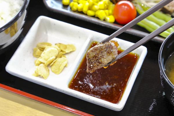 ポン酢ダレとニンニクチップで好きな味に変えながら、食べ進めることができます。