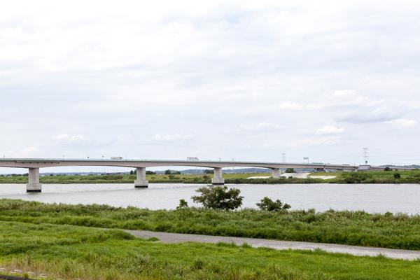 道の駅のすぐ横に雄大な利根川を望みます。