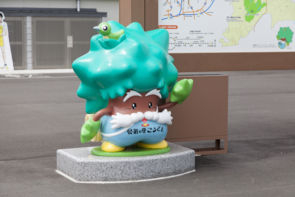 神崎町のマスコットキャラクター「なんじゃもん」がお出迎え。