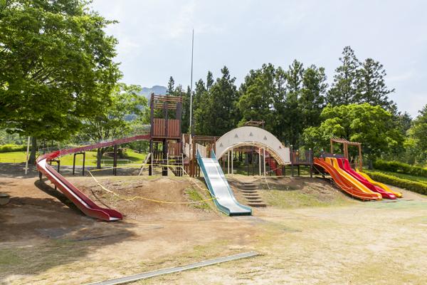 まるで秘密基地のような複合遊具が充実した「砦遊具広場」。