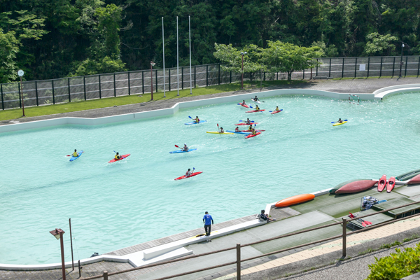 公式大会が行われるカヌー専用のプールは、誰でも利用可能。現役国体選手のスタッフがやさしく指導してくれます。