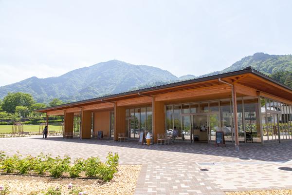 オープンしたばかりのレストラン&カフェ。カフェのメニューはドリンクやソフトクリームなどの軽食。