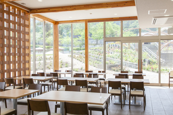 ガラス張りで開放的なレストラン内観。