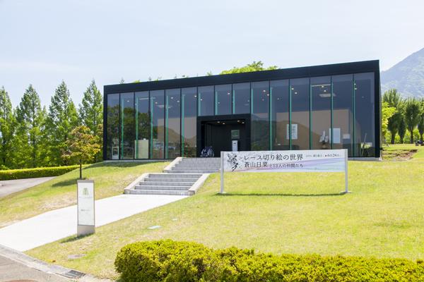 ガラス張りで美しい「芝生ギャラリー」では年3回企画展を開催。