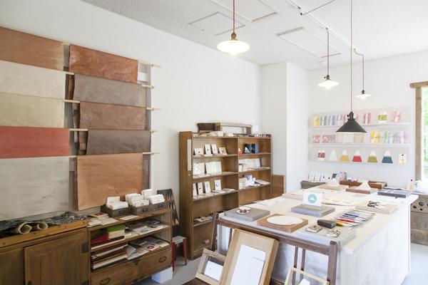 和紙を日常使いできる、かわいらしい商品が並ぶ西島和紙工房「Tesukiya」。