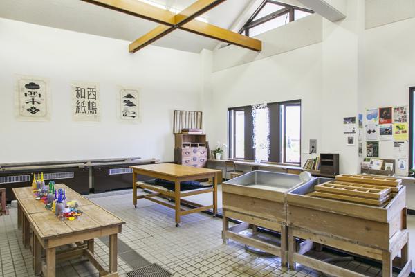 設備の整った工房で職人がレクチャー。所要時間は乾燥も含め1時間ほど。