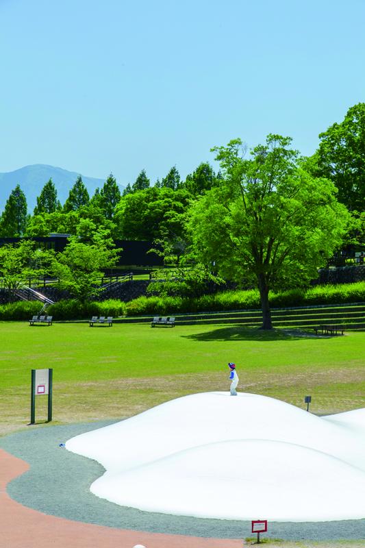 芝生が一面に広がるイベント広場には、大人気の「ふわふわドーム」も。