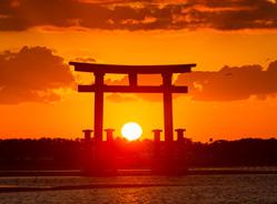 弁天島の赤鳥居と夕日