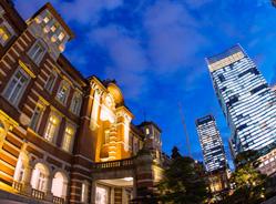「東京」駅と高層ビル
