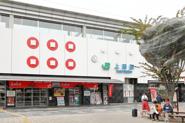 JR上田駅。駅舎の壁面にも真田家の家紋である六文銭が描かれていました。