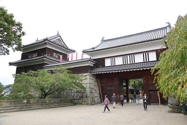 上田城東虎口櫓門。どっしりとした堅牢な姿が美しい。