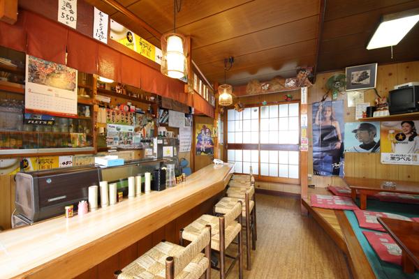 お店の中は昭和の雰囲気漂う素敵な空間。カウンターと小上がりのテーブル席がある。