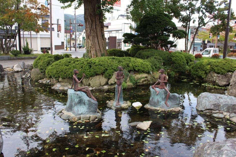 遠野駅前の池では談笑している(?)カッパの像が。カッパというと青や緑のイメージですが、「遠野物語」では赤色の妖怪として描かれています。
