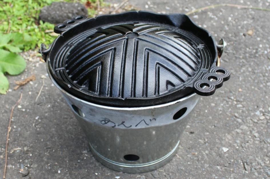 ジンギスカン鍋とバケツ。鍋は分厚い南部鉄器でできています。