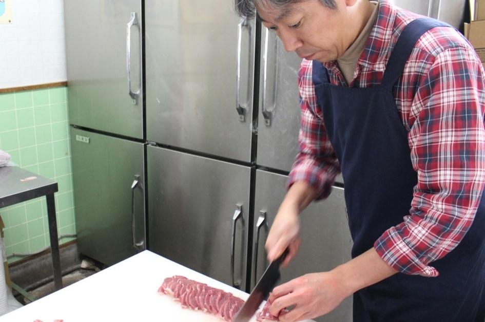 鮮やかにラムのモモ肉のかたまりを切っていく安部さん。よどみない手つき!