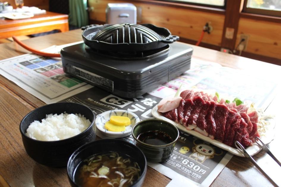 セット定食にはお肉と野菜の他に、ご飯とお吸い物、お漬け物が付きます。