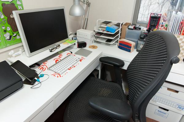 (3)「いずれリプレイスしたい」という机。今は2つの机を合体して使っているとか。