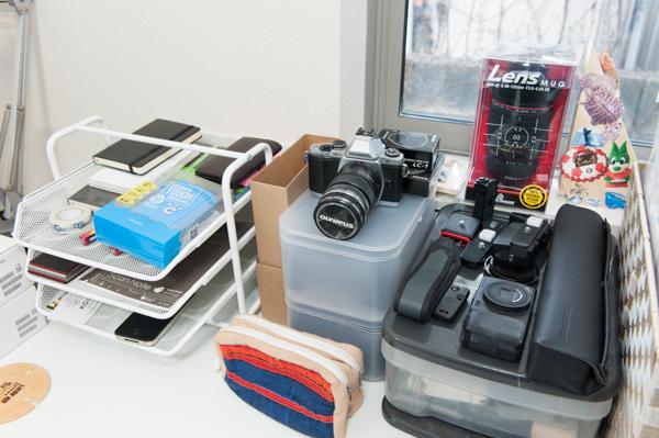 パソコンの右手側には、デジタルカメラやタブレット端末などが整然と並べられています。
