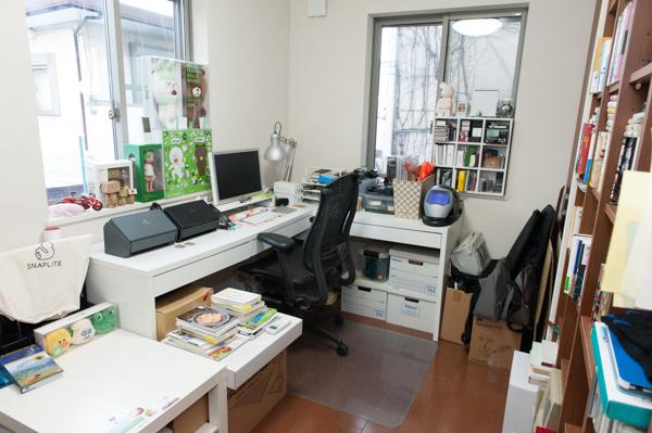 (1)パソコンデスクを中心としたコンパクトな仕事場。