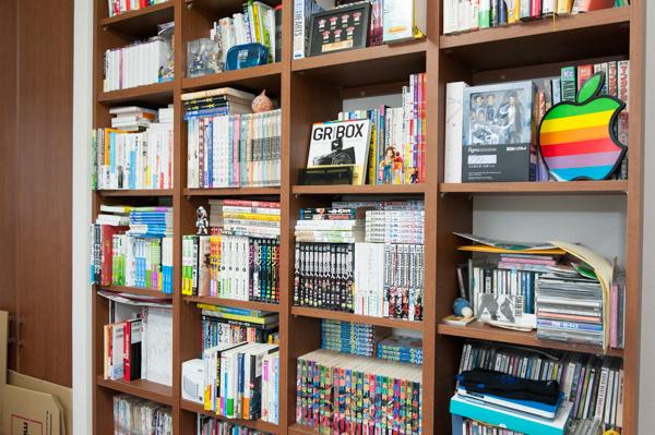 (2)こだわりの備え付けの本棚には、マンガをはじめ魅力的な品々がいっぱい!