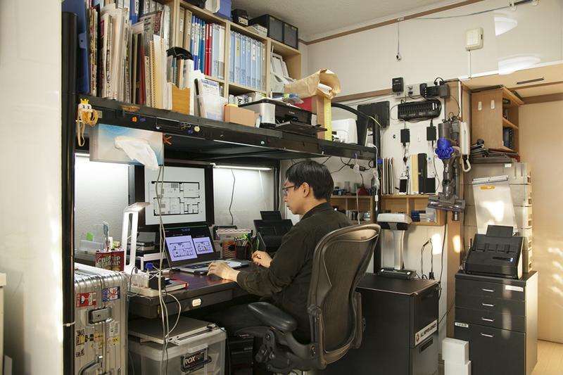 (3)イスの周りに必要なものがすべて揃った「書斎風」の場所。この場所の正体は…