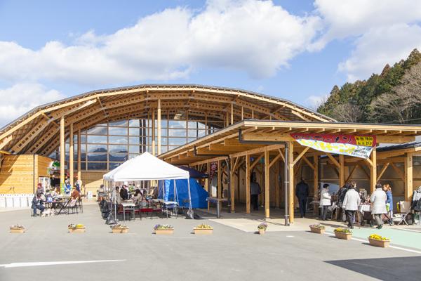 木材を生かした、面白い形をしたメインの建物が目を引く「もっくる新城」。