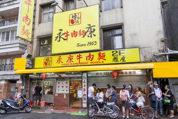 黄色い大きな看板が目印の永康牛肉麺さん。開店20分前ですでに大行列。