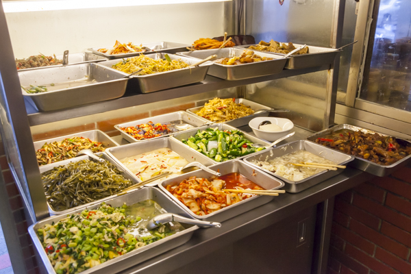 入口付近には小菜とよばれる一品料理が並ぶ。麺が来るまでこれらを味わい待つのが台湾流。