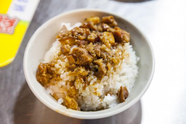 豚ひき肉かけご飯の魯肉飯(30元)。