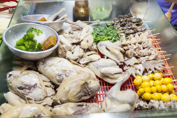 モモ、ムネ、手羽などの正肉から、砂肝、金柑など内臓系の部分もあります。この中から好きなものを選びます。
