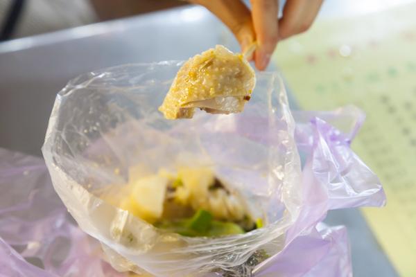 鶏肉はしっかりとした歯ごたえがあります。野菜と一緒に食べるとちょうどよい塩味で、いくらでも食べられそう。