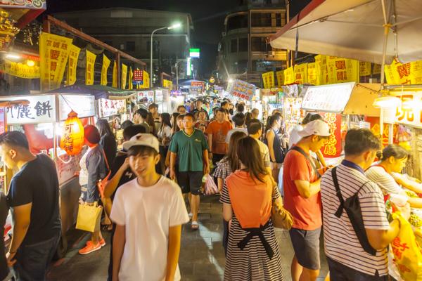 士林夜市のなかでも食べ物の屋台が立ち並ぶ人気エリア「大南路」。人気店には行列もできています。