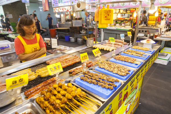 店頭ではいろんな種類のソーセージ、焼鳥風の料理も並んでいます。
