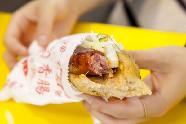 ホットドッグと思って食べると、独特な味・食感に驚く肉グルメです。