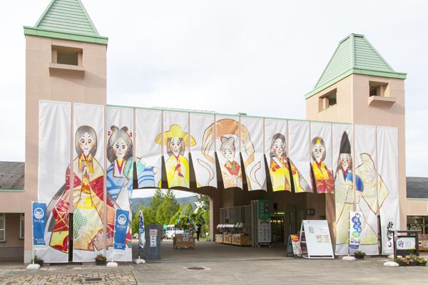 地元に縁のある「七姫」をイメージしたというメインゲートをくぐります。