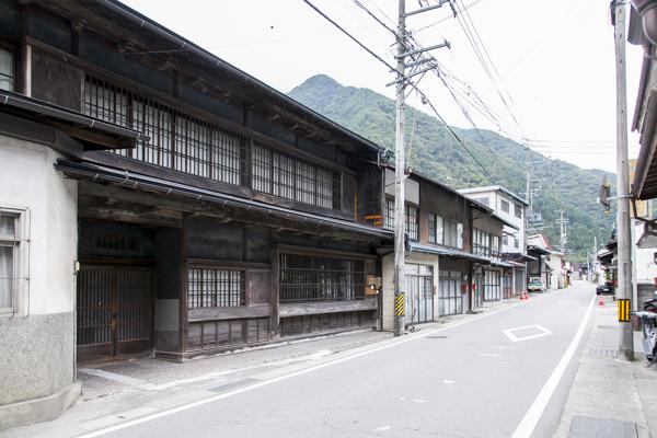 遠山川にそって立つ集落には、いまも昭和の雰囲気を残す木造の家屋が並んでいる。