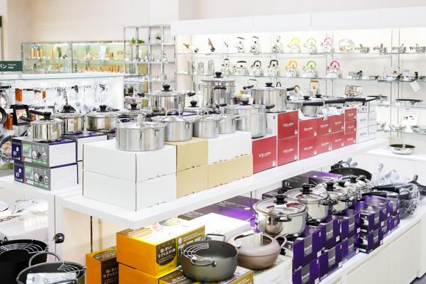 プロ仕様から家庭用まで、鍋やフライパンもより取り見取りです。