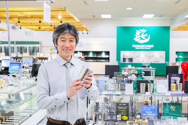 「今1番売れている商品です」とタンブラーを紹介してくれる鈴木さん。