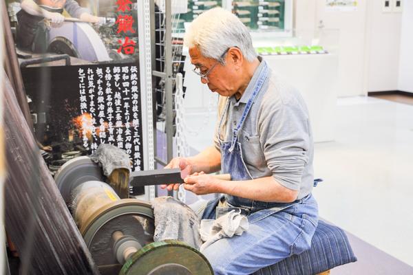 鍛冶職人を引退後、その培った技術で丁寧に研ぎや包丁に関して教えている吉田恒雄さん。