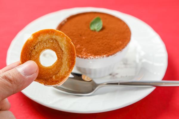 地元の伝統食材「車麩」を使ったお菓子はお土産にぴったりです。