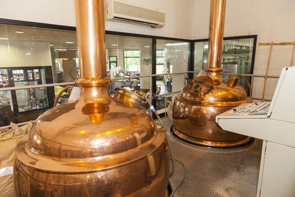 ビールの仕込み樽の部屋。この大きなタンクで宇奈月ビールはつくられます。