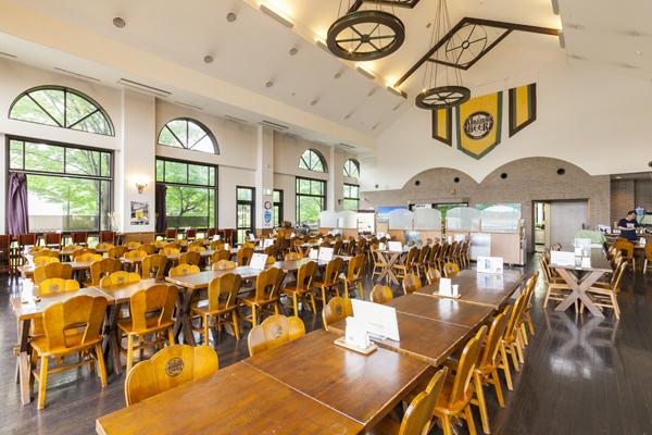 レストランの内観。高い天井にドイツを思わせる木のテーブルと照明が素敵です。