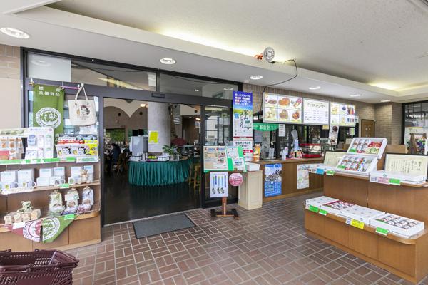 中へ入るとレストラン、軽食コーナー、売店がありました。
